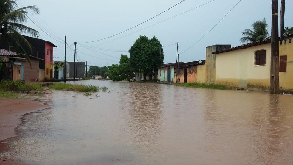Rua Nila Jales, no loteamento Boa Esperança, também está alagada (Foto: Sérgio Henrique Santos/Inter TV Cabugi)