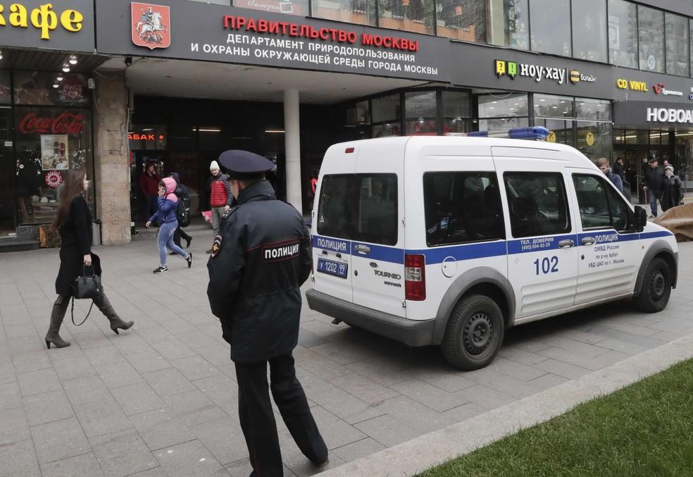 Viatura de polícia é vista em frente à estação de rádio Ekho Moskvy, em Moscou (Foto: Tatyana Makeyeva/Reuters)