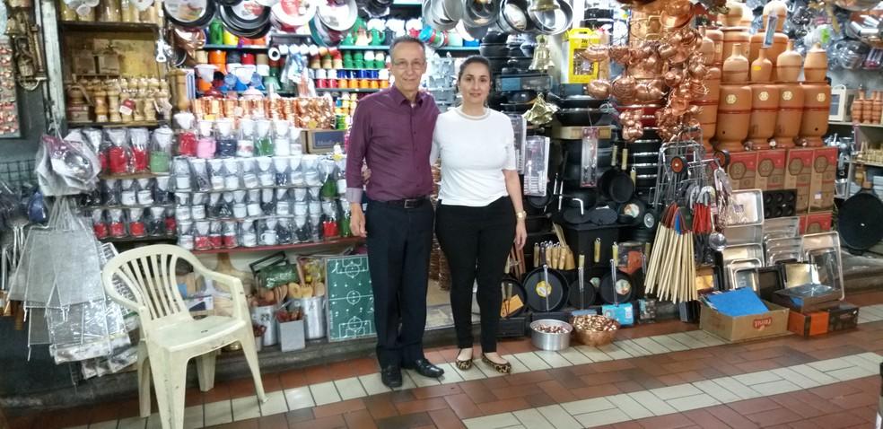 José Agostinho Quadros de Oliveira e a filha Alexia Fernanda Cordeiro Quadros, que também trabalha na loja — Foto: Alex Araújo/G1