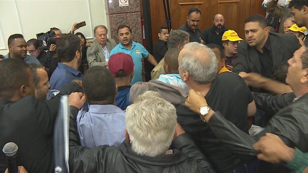 Convenção do PSB em Minas Gerais é marcada por bate-boca e empurra-empurra, em Belo Horizonte (Foto: Reprodução/TV Globo)