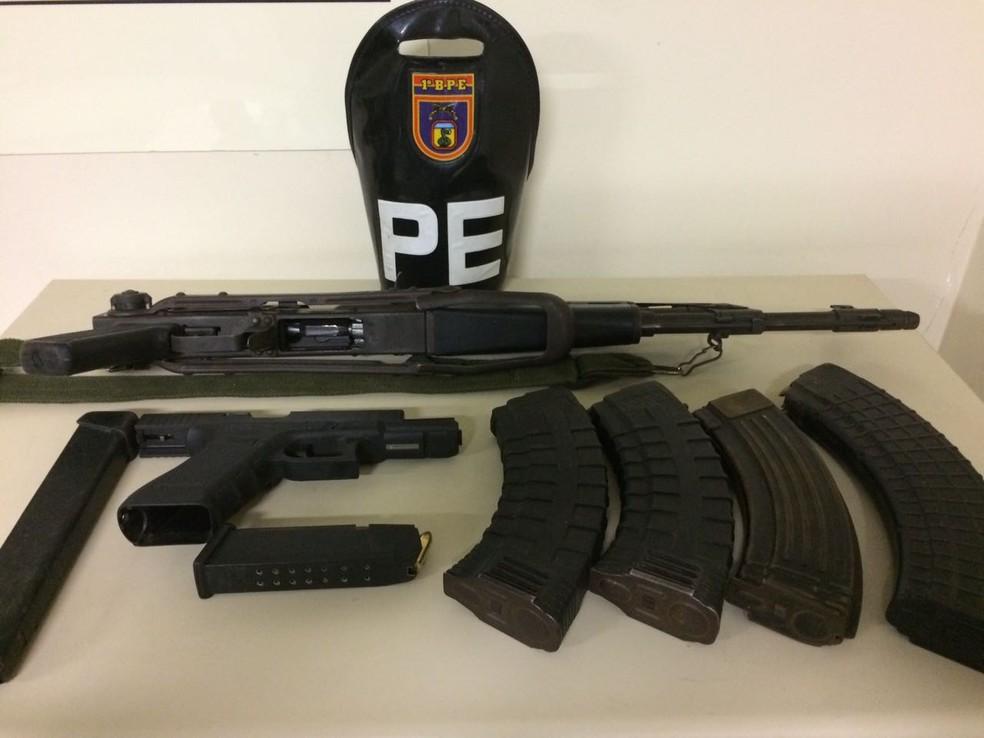 Criminosos em fuga abandonaram armas dentro de táxi e o material foi apreendido pelo Exército (Foto: Exército/Divulgação)