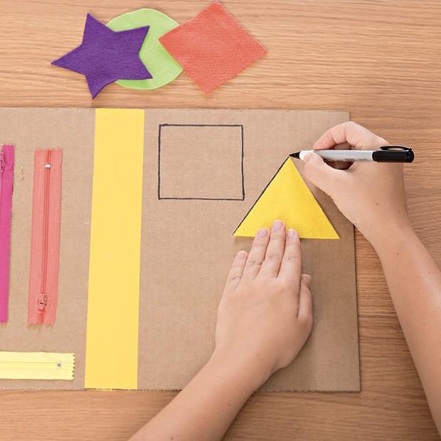 4. Use os moldes de feltro para desenhar, com a caneta, as formas geométricas sobre o papelão do lado direito. (Foto: Bruno Marçal / Editora Globo)