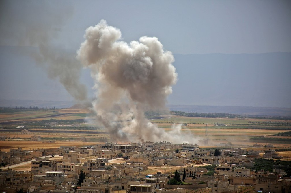 Bombardeios na província de Idlib, na síria, intensificaram-se nas últimas semanas, como este de 6 de junho. — Foto: Anas Al-Dyab/AFP