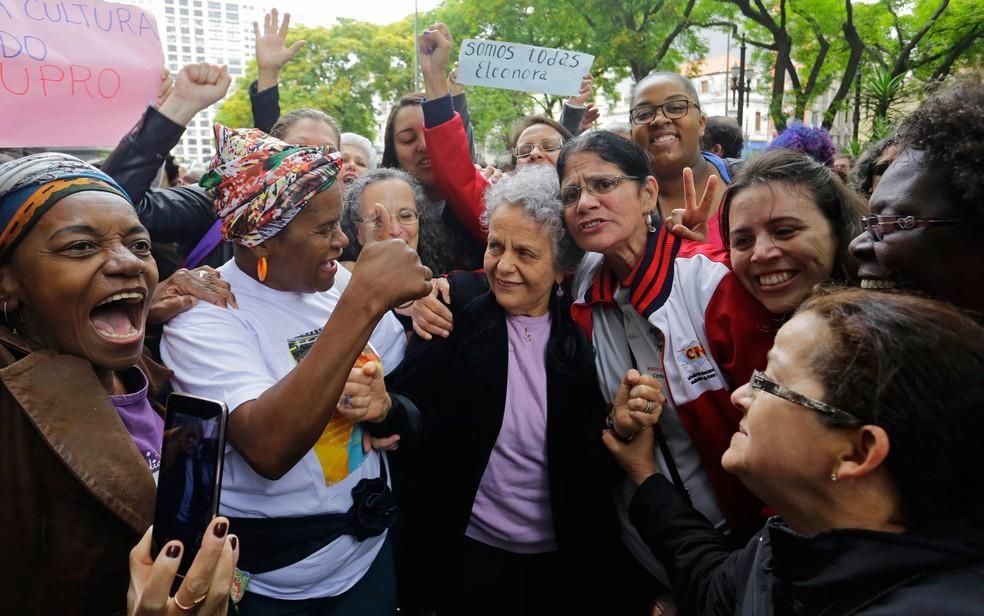 Eleonora Menicucci é abraçada por mulheres na entrada do Fórum João Mendes, no Centro de São Paulo (Foto: Nelson Antoine/Estadão Conteúdo)