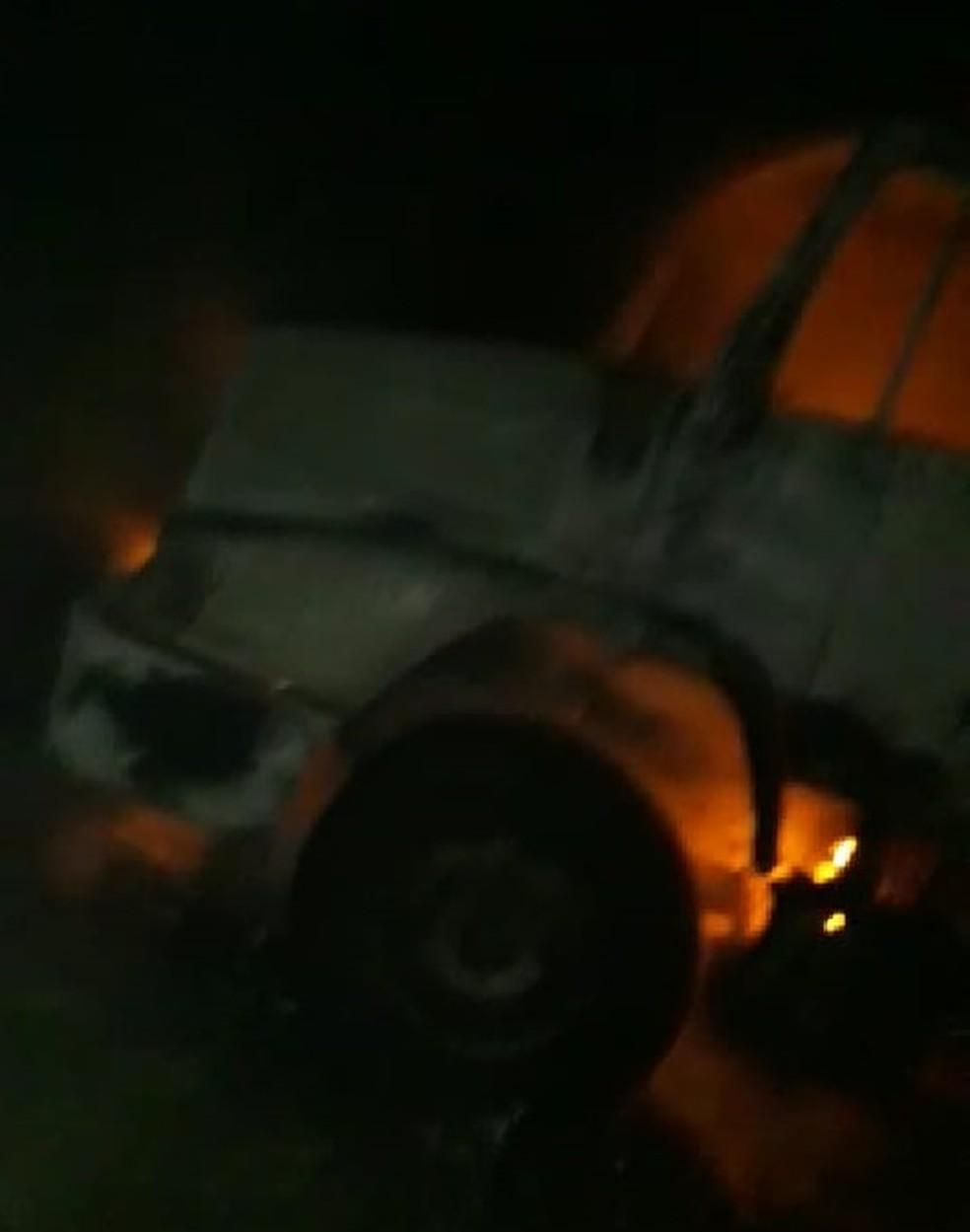 Caminhões incendiados estavam em fábrica de cerâmica às margens da BR-226 na região Seridó do RN — Foto: Reprodução