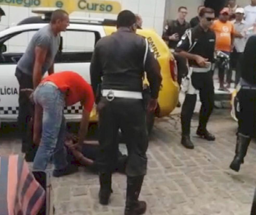 Baleado, um dos criminosos foi preso em flagrante  (Foto: PM/Cedida)