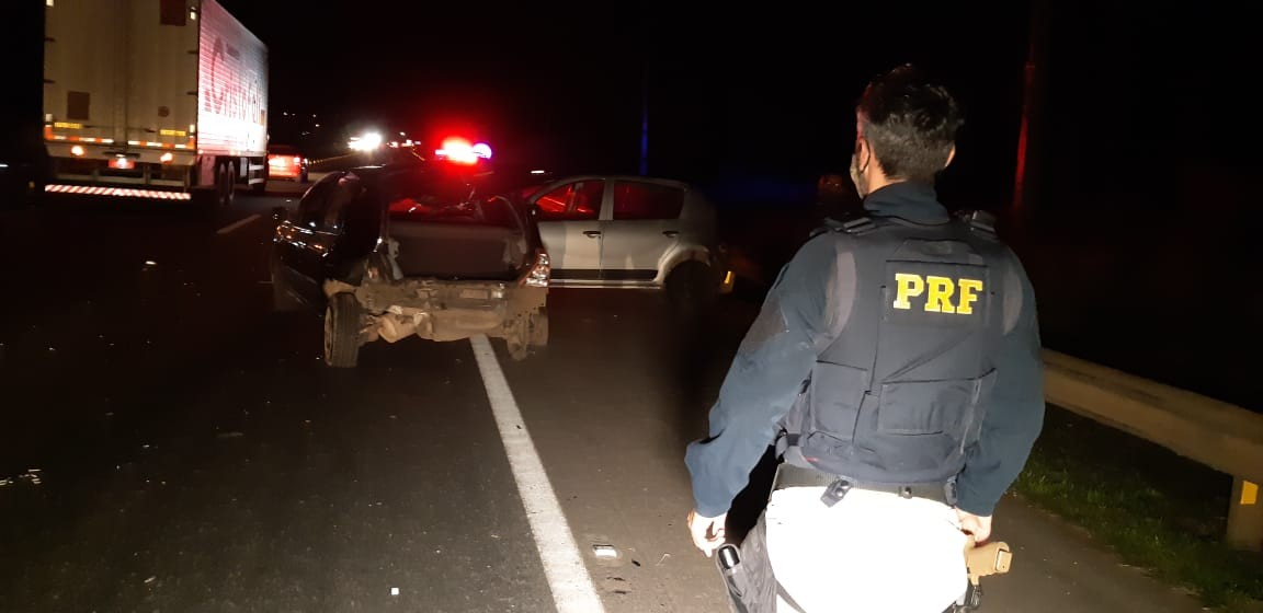 Três pessoas ficam feridas após carro bater atrás de outro na BR-376