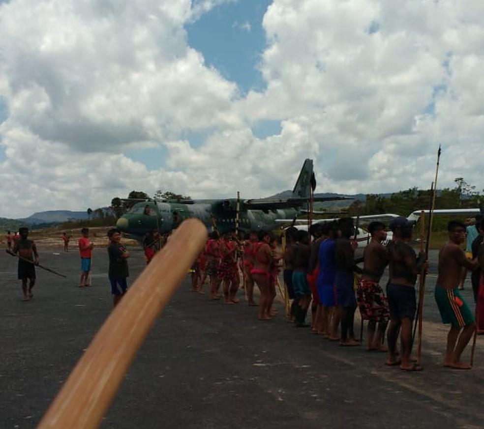 Manifestantes exigem a saída de coordenador do DSEI Yanomami da Sesai. Dois Cessna Caravan e um monomotor estão apreendidos. — Foto: Júnior Yanomami/Arquivo Pessoal