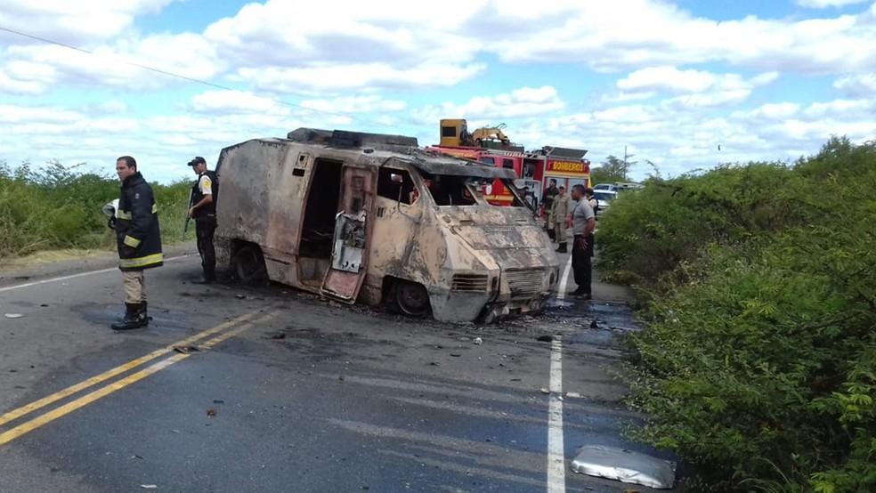 Corpo de Bombeiros foi até o local para controlar o fogo no carro-forte, no Sertão da Paraíba (Foto: Beto Silva/TV Paraíba)