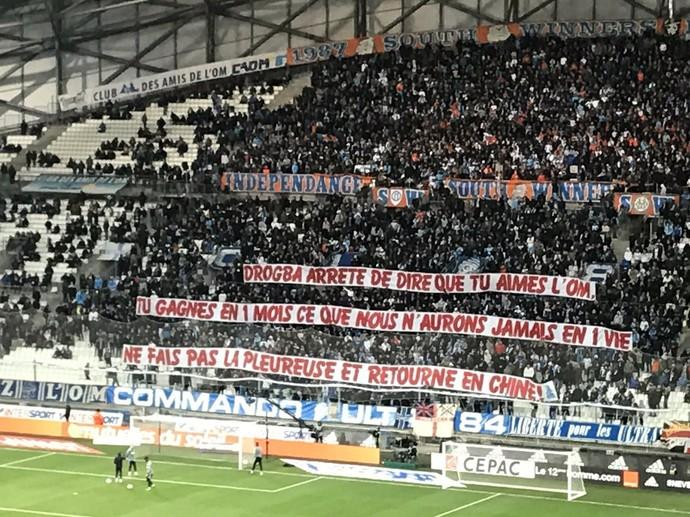 Faixa torcida Olympique de Marselha Drogba (Foto: Reprodução / Twitter)