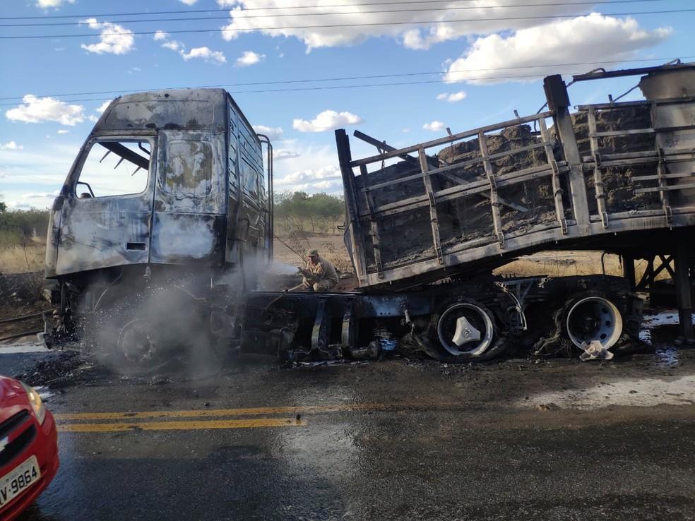 Caminhão carregado com cimento foi atingido por fogo — Foto: PRF
