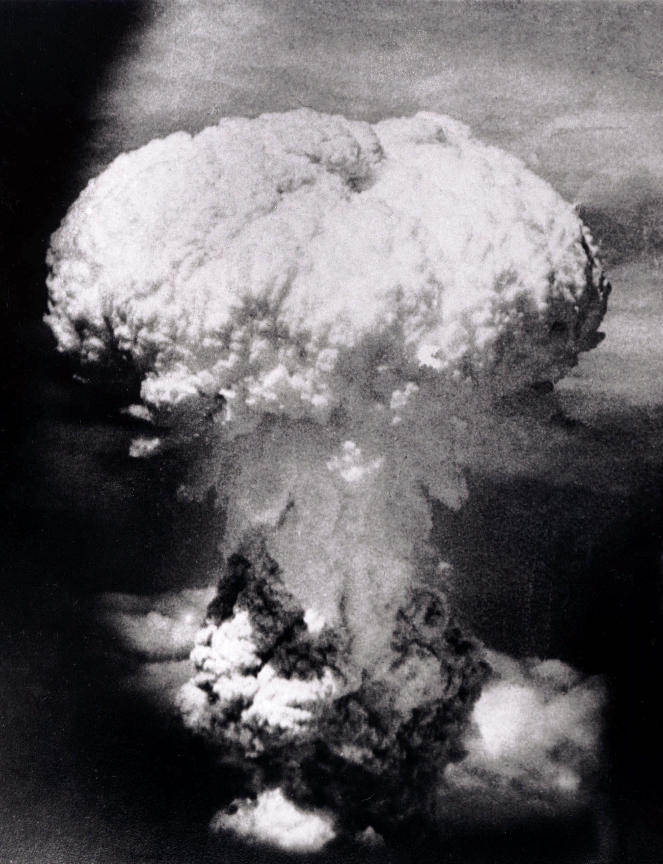 Coluna de fogo  e fumaça após a explosão da bomba em Nagasaki