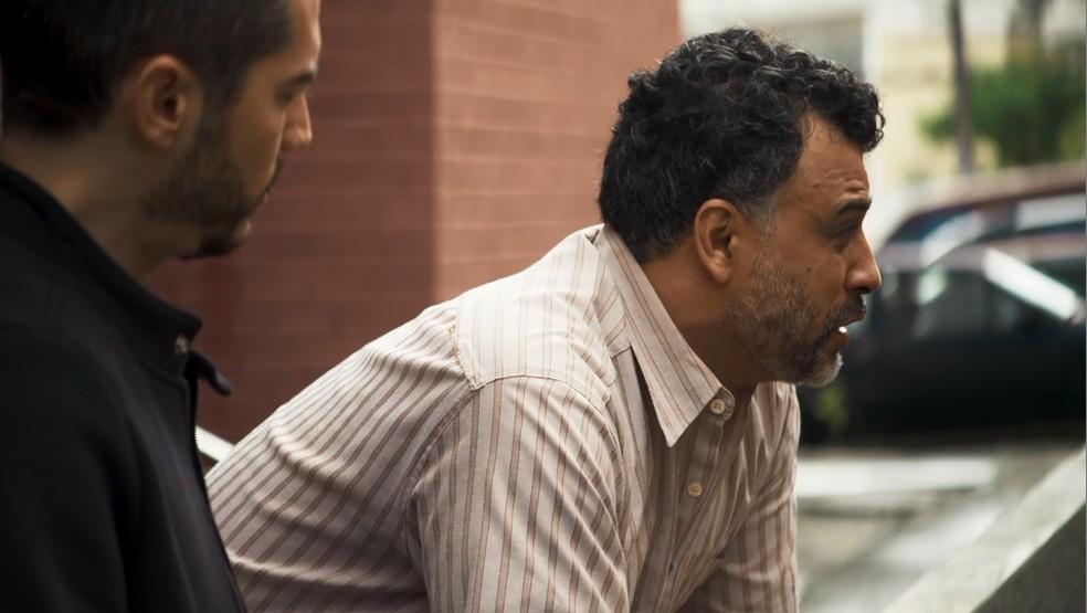 Delegado conta a Camilo (Lee Taylor) sobre a guerra entre Ramirez e Matheus, em 'A Dona do Pedaço' — Foto: Globo