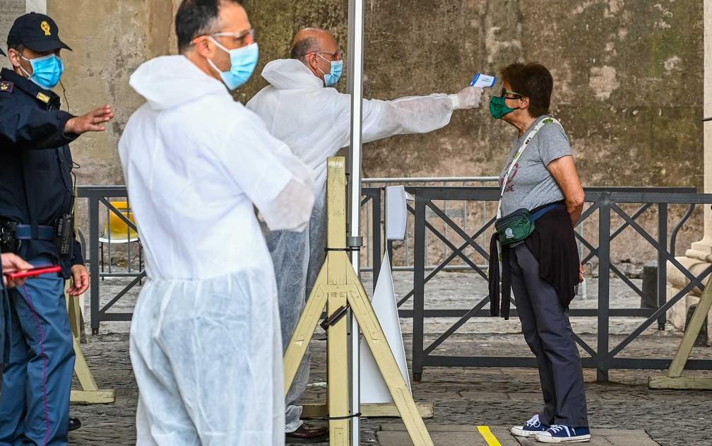 Visitante tem a temperatura medida — Foto: Vincenzo Pinto / AFP Photo