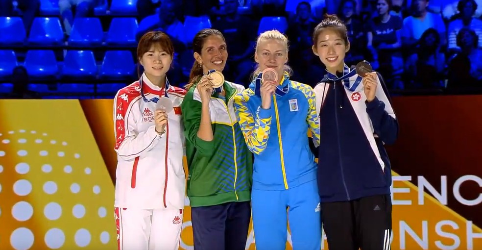 Nathalie Moellhausen no pódio - campeã mundial de esgrima — Foto: Reprodução/FIE