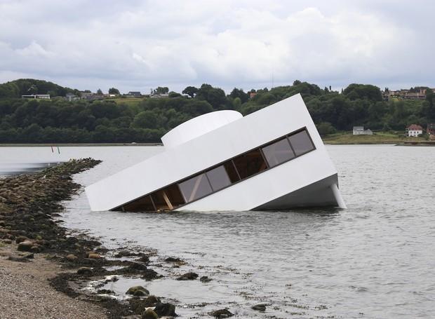 Artista faz réplica de ícone da arquitetura moderna em crítica à manipulação das eleições  (Foto: Divulgação)
