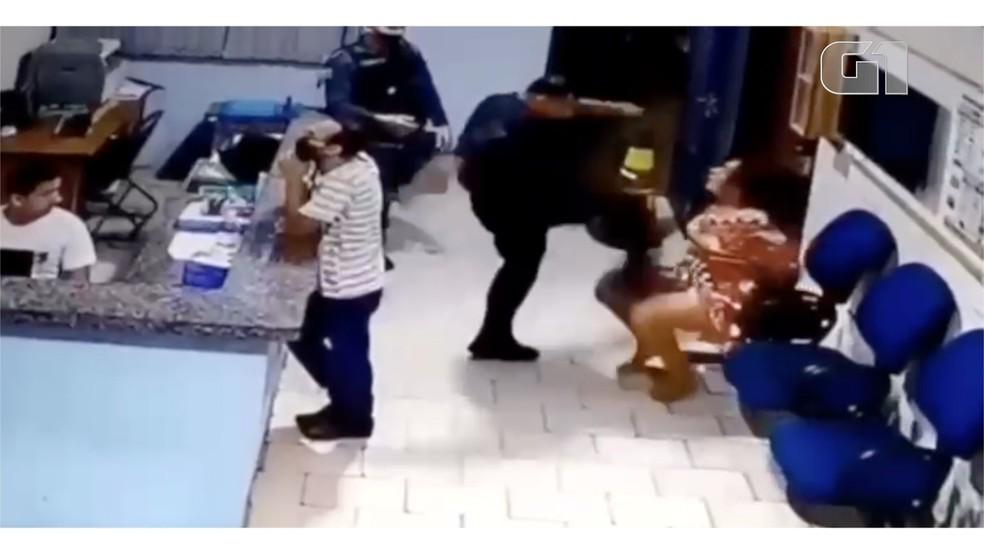 Imagens de câmeras de segurança mostram Tenente da PM dando socos e chutes em mulher algemada em Bonito (MS) — Foto: Redes Sociais