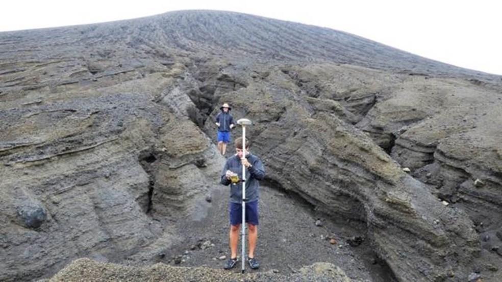 Os estudantes fizeram registros da nova ilha com unidades de GPS e usaram drones para mapear o terreno — Foto: Dan Slayback