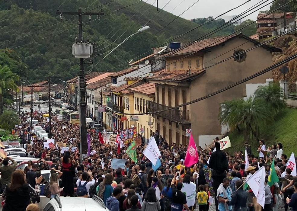 Ato percorreu ruas de Ouro Preto e reuniu estudantes, professores e servidores da Ufop e do IFMG — Foto: Arquivo pessoal/Sylvio Dias Ribas Neto