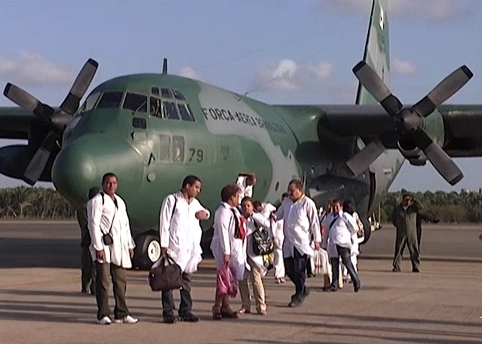 Médicos cubanos quando chegaram ao Maranhão para o início dos trabalhos — Foto: Reprodução / TV Mirante