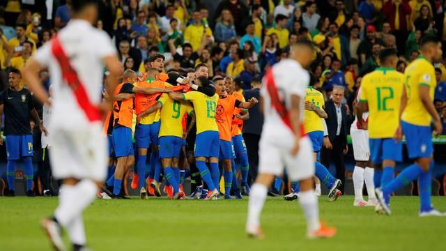 Brasileiros comemoram o gol de Gabriel Jesus, no final do primeiro tempo
