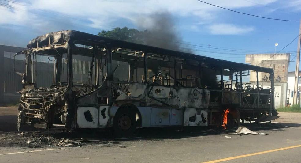 Quatro ônibus foram incendiados na cidade (Foto: Rildo Herrera/Inter TV)