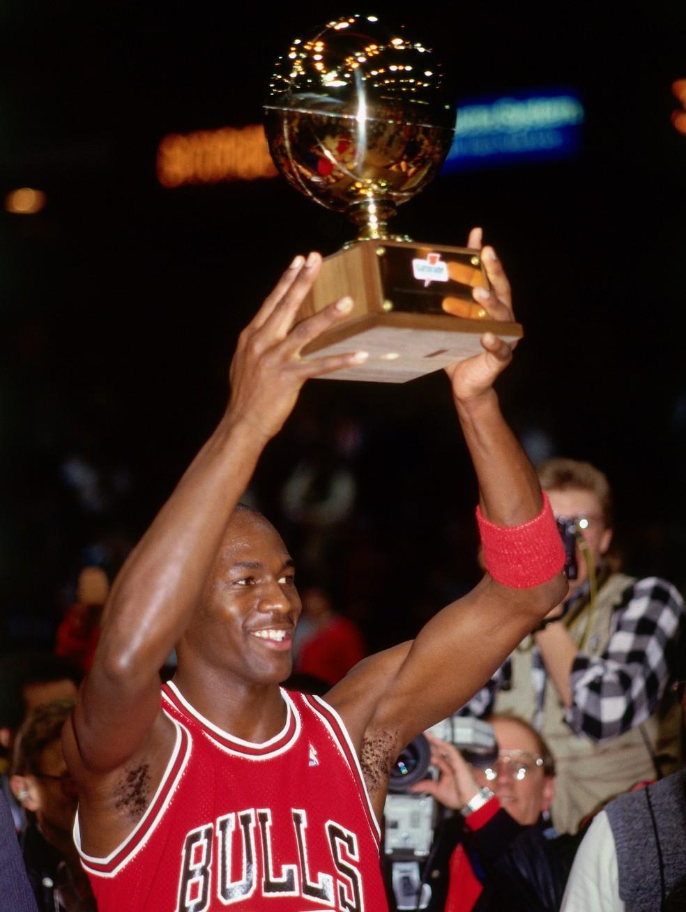 Michael Jordan com o troféu do torneio de enterradas da NBA em 1988, ano em que foi o melhor jogador de defesa — Foto: Brian Drake/NBAE via Getty Images