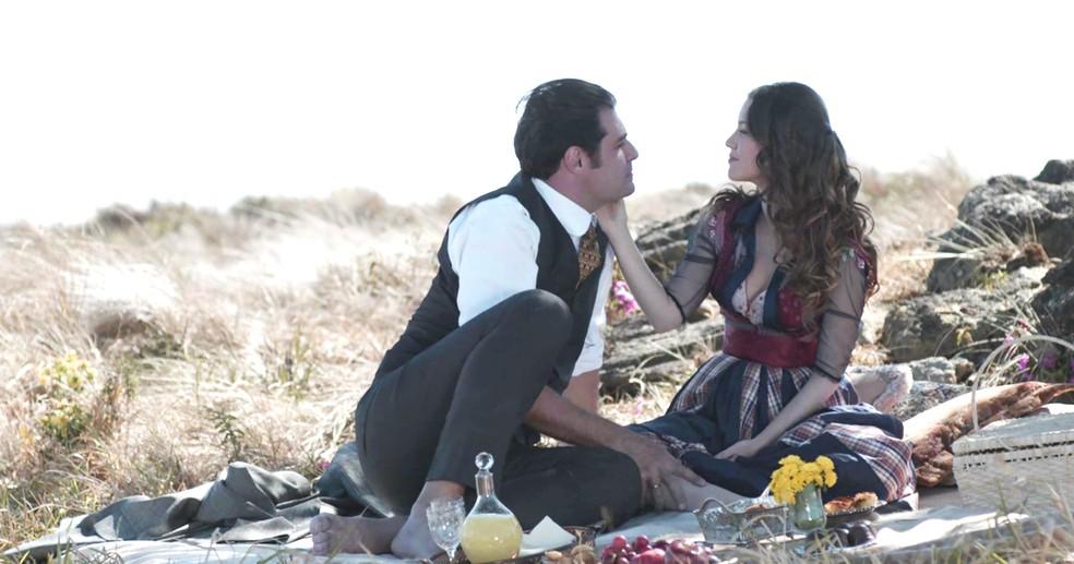 Darcy e Elisa fazem piquenique e se declaram um para o outro (Foto: TV Globo)