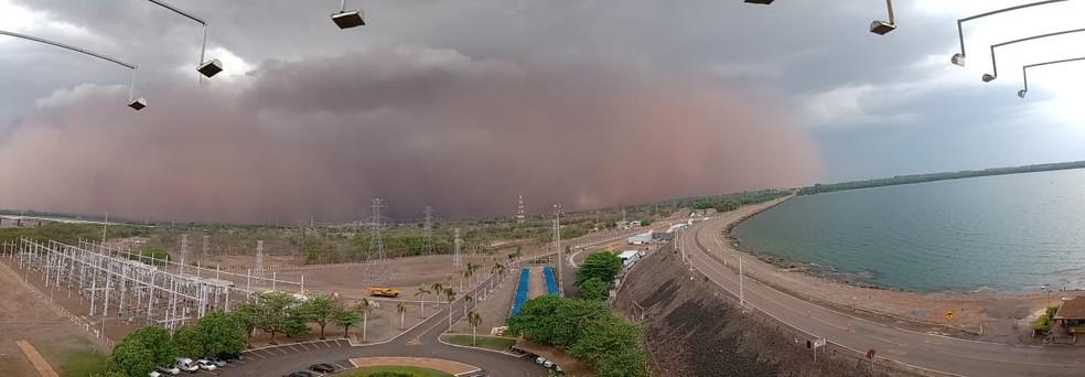 No horizonte, tempestade de areia assustou moradores de Três Lagoas.  — Foto: Marcos Trindade/Arquivo Pessoal