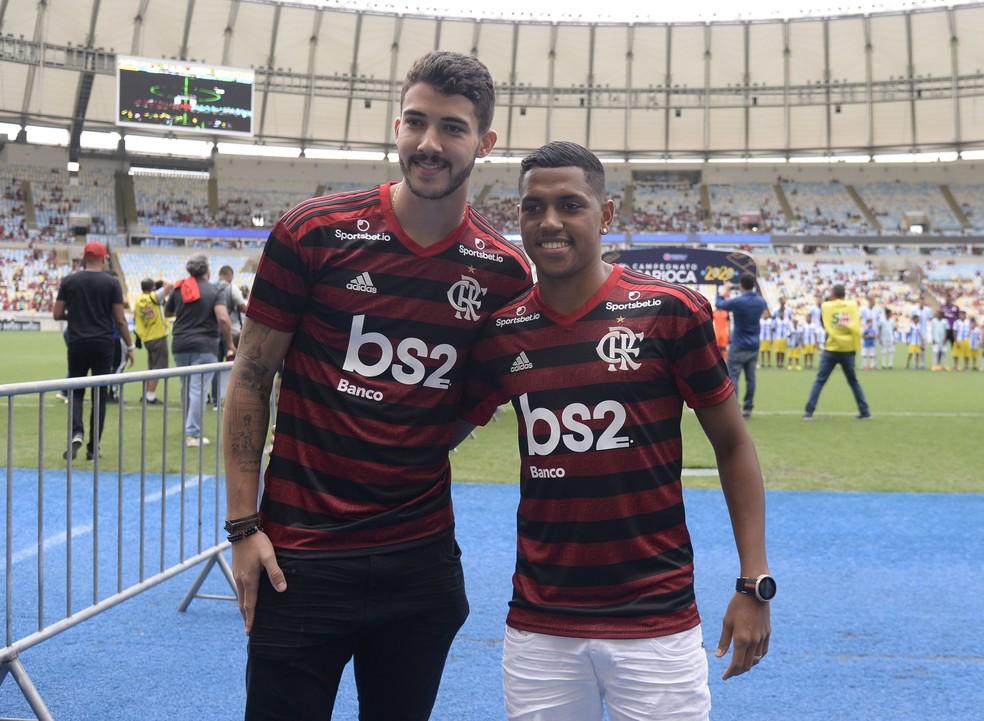 Gustavo Henrique e Pedro Rocha se apresentam à torcida do Flamengo no Maracanã no último sábado — Foto: André Durão