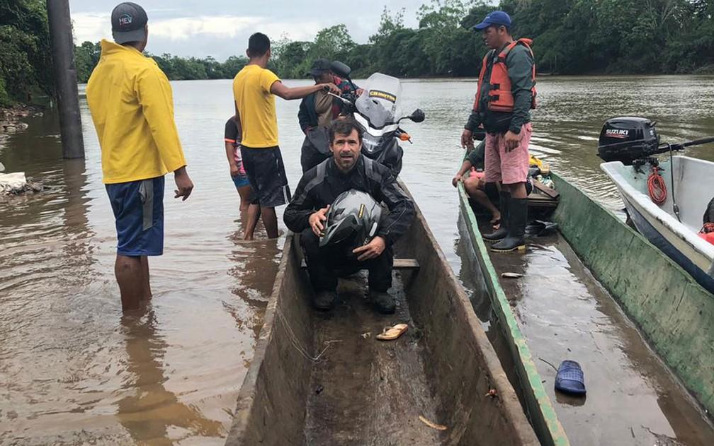 Parte da travessia teve que ser feita em canoas, porque pontes estavam bloqueadas — Foto: Claudinei Batista/Arquivo pessoal