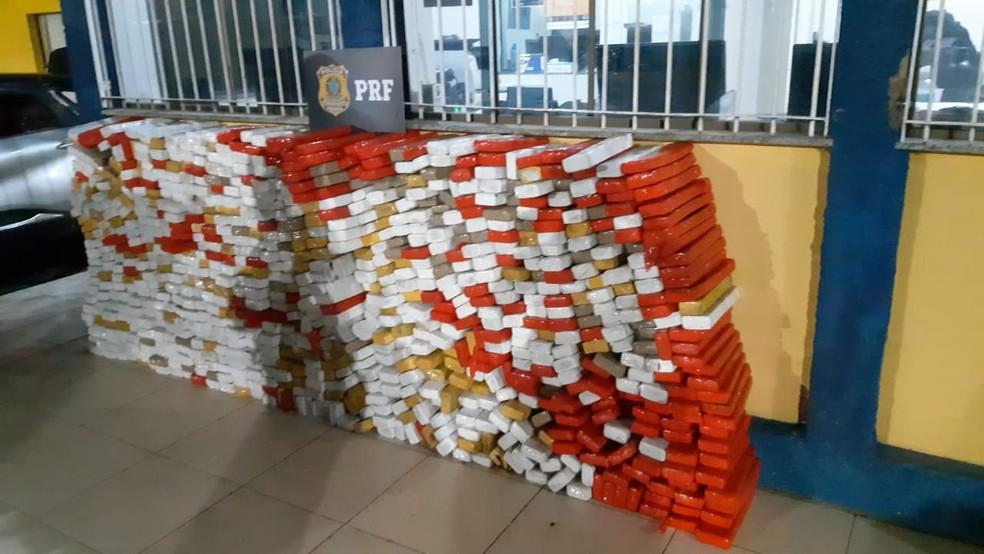 Cerca de 760 kg de maconha apreendidos na BR-262 em Araxá — Foto: PRF/ Divulgação