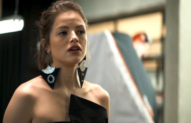 Na quarta (10), Josiane (Agatha Moreira) vai se enfurecer ao ouvir Régis se divertir com Maria da Paz (Foto: Reprodução)