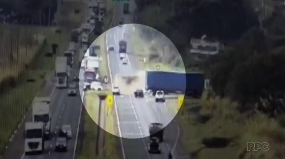 Caminhão carregado de milho tombou na BR-376, em Maringá (Foto: Reprodução/RPC)