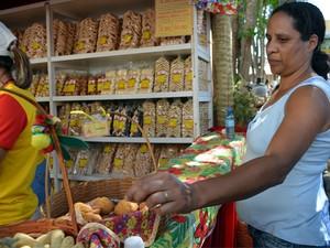 Turista experimenta um dos mais de 100 sabores de biscoito em São Tiago (Foto: Adriano Sabino Barbosa)