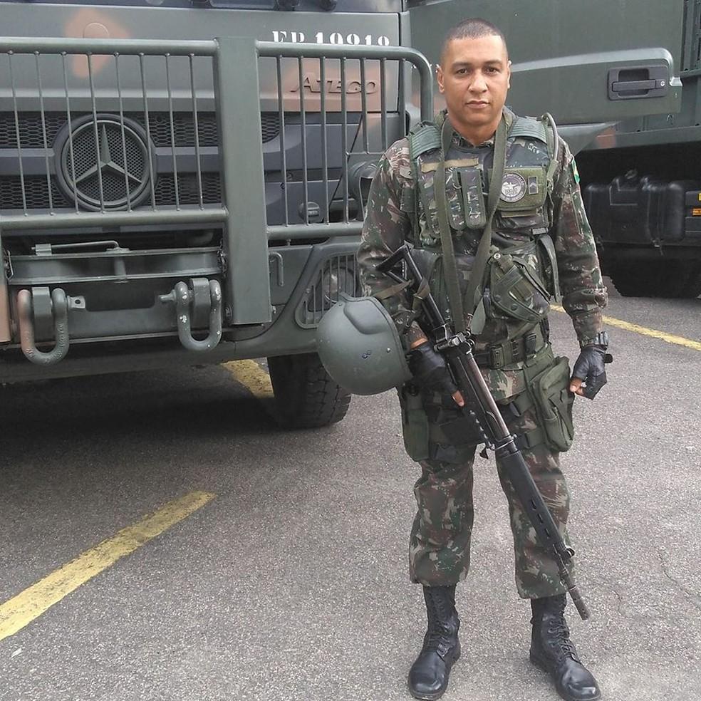Fabiano Oliveira dos Santos, cabo do Exército, morreu em confronto na Serra da Misericórdia, no Alemão, na Zona Norte do Rio (Foto: Reprodução/Redes sociais)