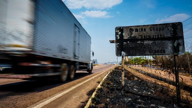 estrada-mato-grosso-caminhão-queimadas-incendio-fogo-rodovia (Foto: Diogo Diógenes/Ed.Globo)