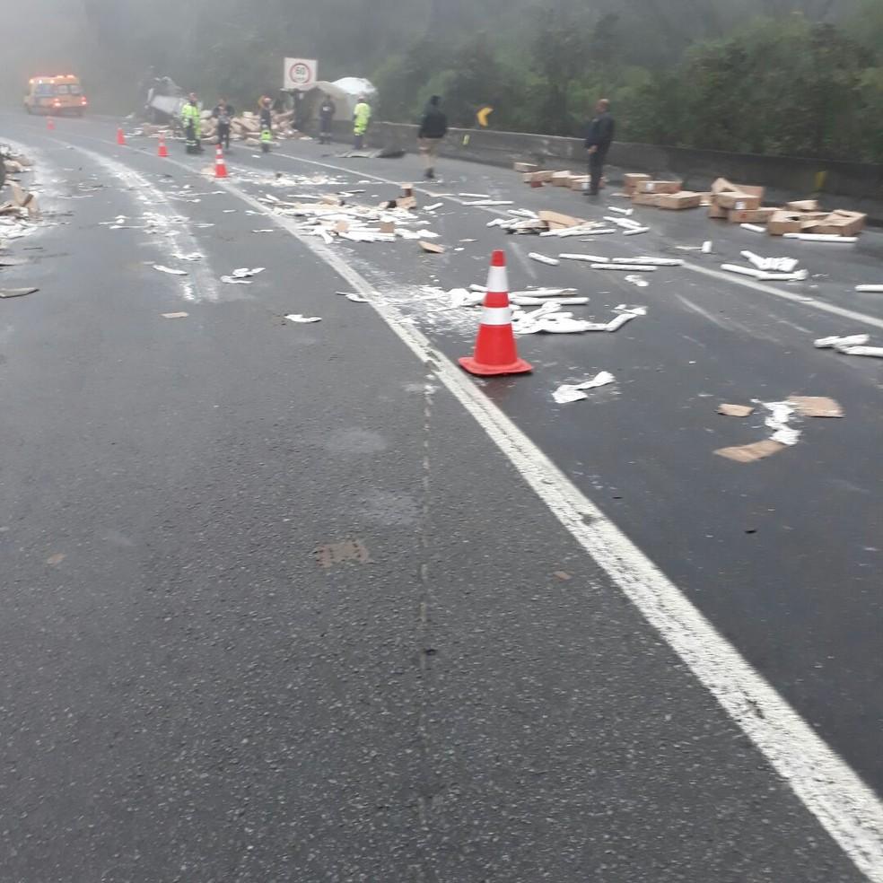 Dinamites ficaram espalhados pela pista (Foto: PRF/Divulgação)