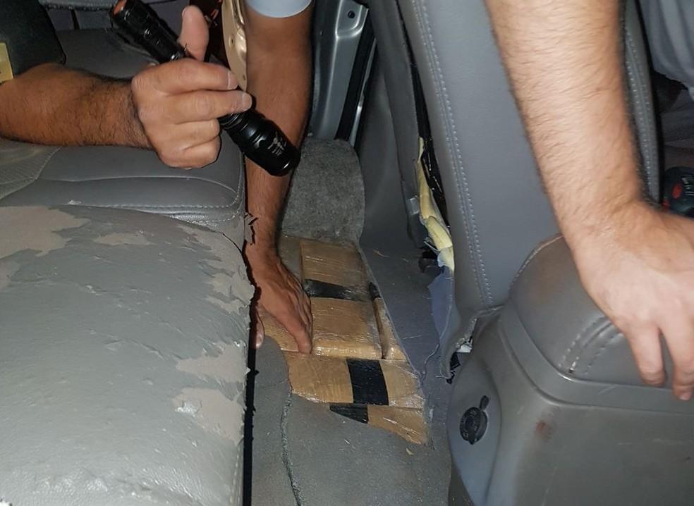 Droga estava escondida dentro de um carro roubado (Foto: Polícia Militar Rodoviária/Divulgação)