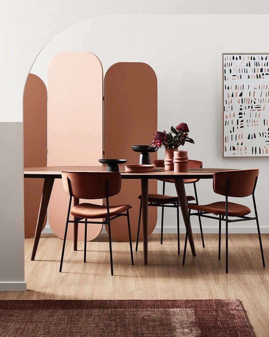 Décor do dia: sala de jantar com biombo e tons terrosos (Foto: Mike Baker/Divulgação)