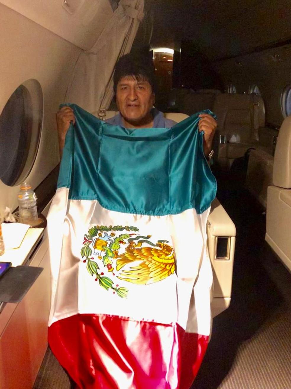 Evo Morales a bordo de avião que o levou para o México — Foto: Chanceler mexicano Marcelo Ebrard / Twitter