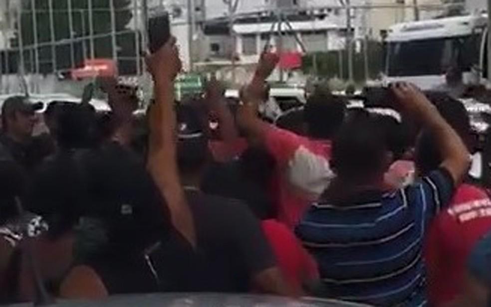 Representantes de movimento social protestaram durante evento do governo do estado, no recife, e se envolveram em tumulto com integrantes da comitiva da Prefeitura de Olinda — Foto: Reprodução/WhatsApp