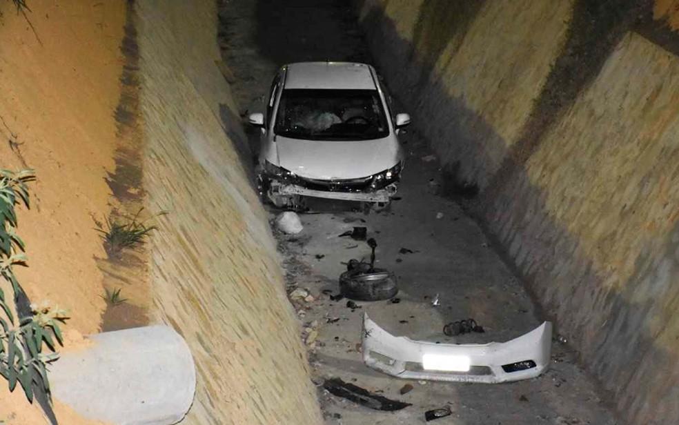 Carro que caiu em vala de avenida em Vitória da Conquista perdeu uma das rodas e o parachoque (Foto: Anderson  Oliveira/Blog do Anderson)