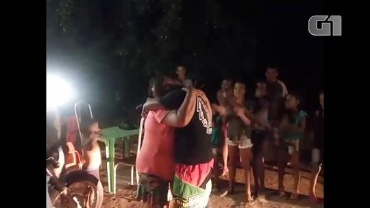 Mãe reencontra filho com a ajuda de policiais 21 anos após separação; veja vídeo