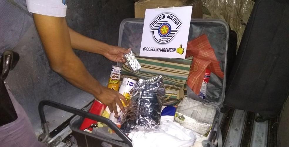 Homem preso em Presidente Epitácio transportava os comprimidos dentro de uma mala (Foto: Polícia Militar/Cedida)