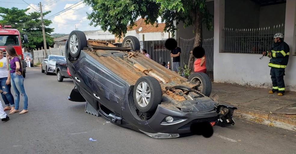 Motorista foi socorrida com ferimentos leves pelos bombeiros e encaminhada para a Santa Casa de Lins (SP) — Foto: J. Serafim / Divulgação