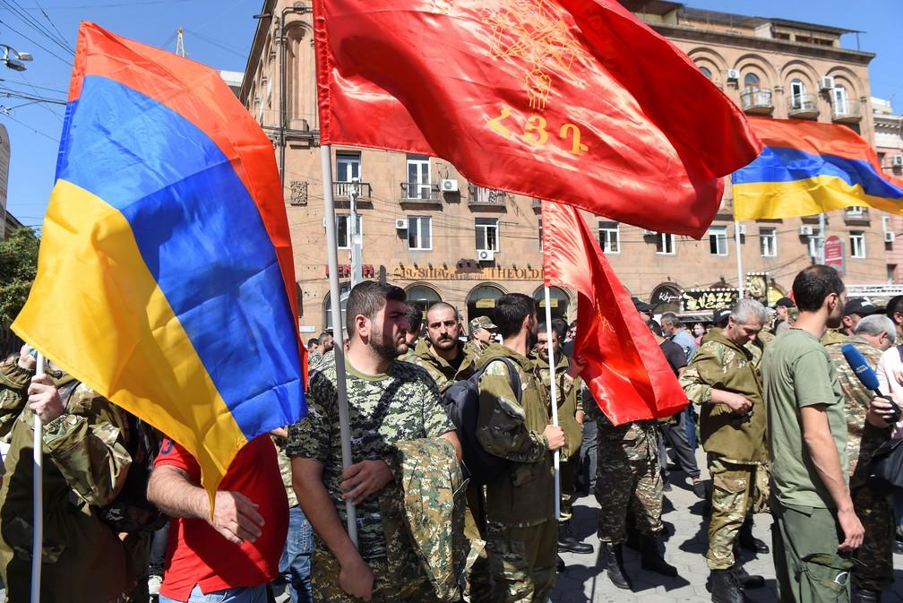 Voluntários participam de recrutamento em Yerevan, capital da Armênia, neste domingo (27) após mobilização por confronto com Azerbaijão — Foto: Melik Baghdasaryan/Photolure via REUTERS