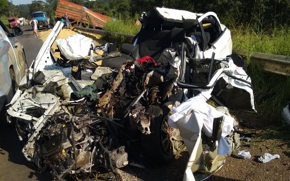 Carro fica destruído após acidente na BR-364, em Mineiros (Foto: Divulgação/PRF)