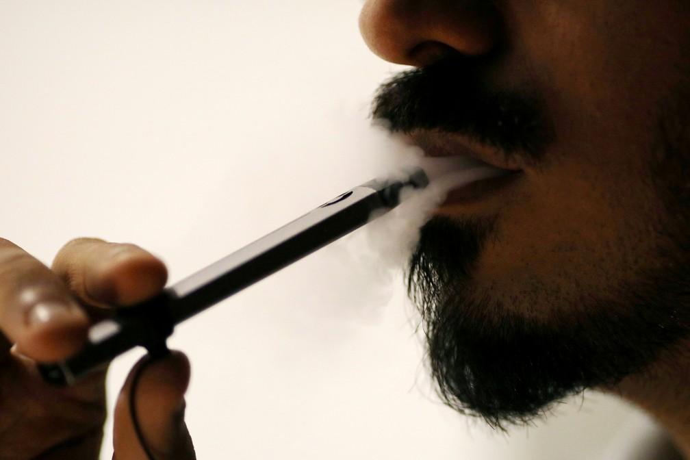 Usuário de cigarro eletrônico; doença pulmonar não identificada está ligada ao produto — Foto: Christopher Pike/Reuters