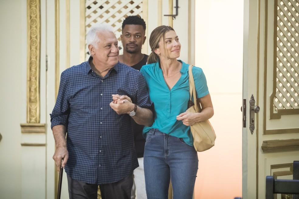 Ramon (David Junior) encontra Paloma (Grazi Massafera) e Alberto (Antonio Fagundes) — Foto: João Miguel Junior/Globo